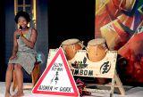 Gifty Wiafe tanzt, erzählt, singt, trommelt und hält dem Publikum den Spiegel vor. n Foto: Wissing REPRO manuell 180